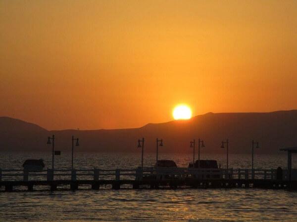 Puesta de sol en la costa de Paracas, Perú